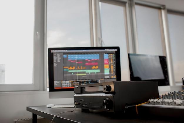 クローズアップサウンドアンプ接続とオーディオミキサーnレコーディングスタジオ。音楽機器