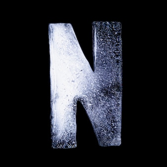 N замерзшая вода в форме алфавита на черном фоне