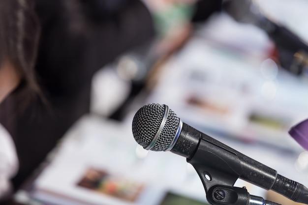 Микрофон в конференц-зале n