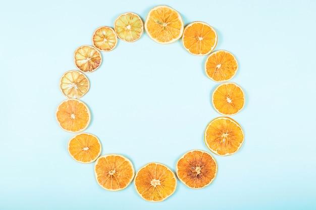 青の明るい乾燥オレンジの円からの背景。 n