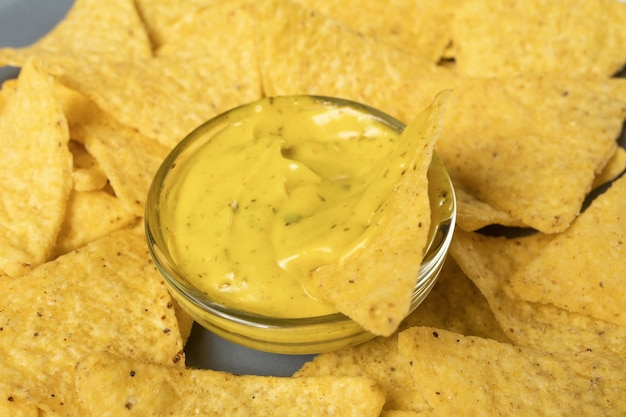 選択的な焦点、水平バナー形式のチーズソースのナチョスコーンチップ。閉じる