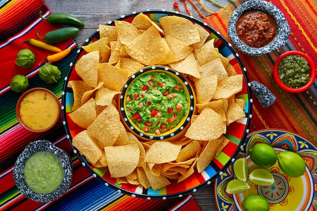 Начос с гуакамоле тортилья чипсы сомбреро