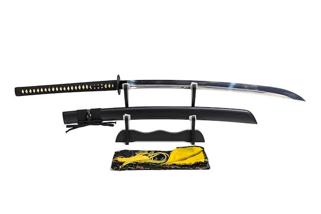 Нагамаки, длинный японский меч с черными ножнами на деревянной подставке и шелковой сумке