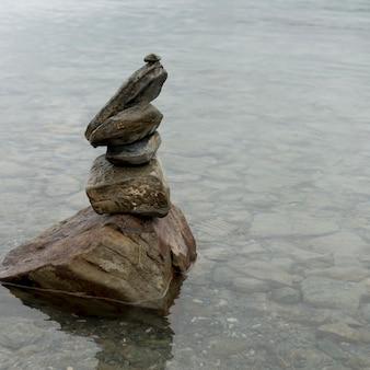 ヤムドロク湖、nagarze、shannan、チベット、中国の石のスタック