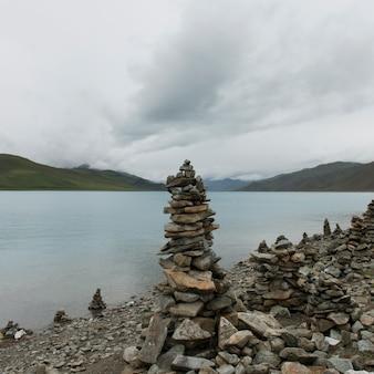 湖畔の石の積み重ね、ヤムドロク湖、nagarze、shannan、チベット、中国