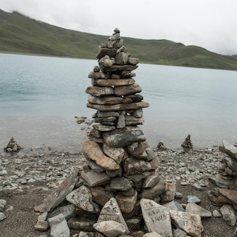 湖畔の石のスタック、ヤムドロク湖、nagarze、shannan、チベット、中国