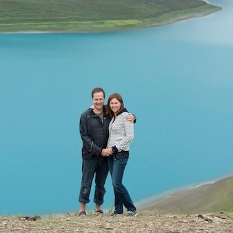 ヤドロック湖、nagarze、shannan、チベット、中国で立っているカップル