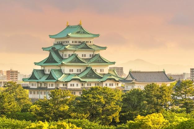 日没時の日本の名古屋城と街のスカイライン