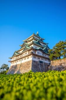 日本の名古屋城と街のスカイライン