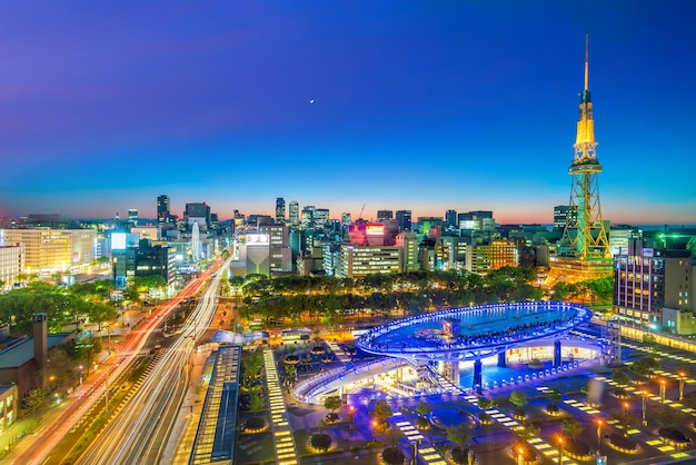 夕暮れの日本の名古屋のダウンタウンのスカイライン