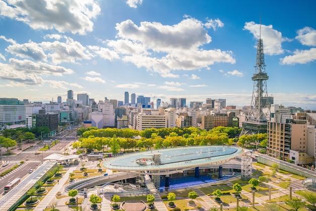青い空と日本の名古屋のダウンタウンのスカイライン