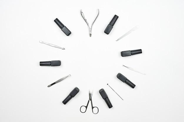 ネイルアーティストツールが輪になってセットされています。白い背景の上のプロのマニキュアツールとネイルジェル