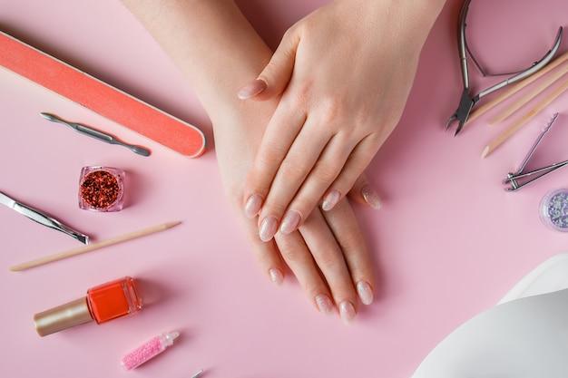 Процедура ухода за ногтями в салоне красоты.