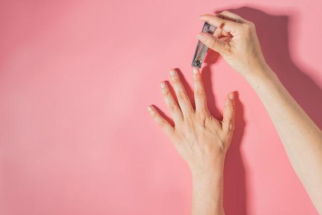 Кусачки для ногтей макро детали розовый фон