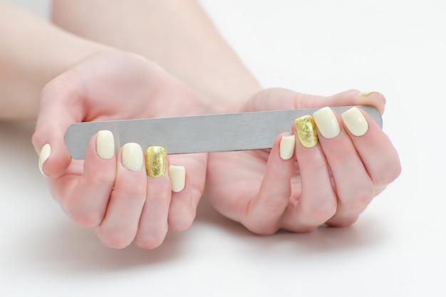 女性の手の爪やすり、テキストの場所
