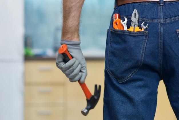 Прибейте его крупным планом различных сантехнических инструментов в заднем кармане мужских джинсов.