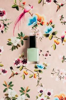Smalto per unghie su sfondo floreale