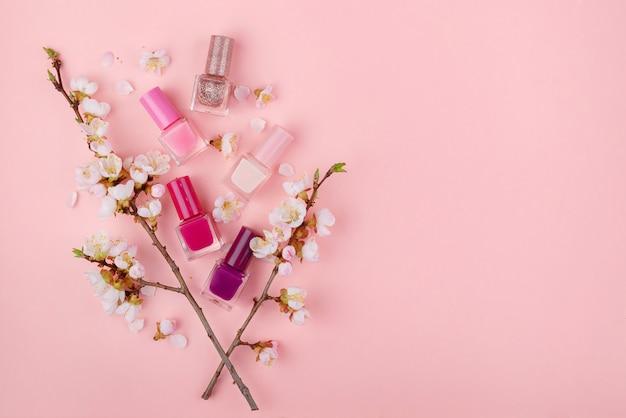 Лак для ногтей на розовом фоне