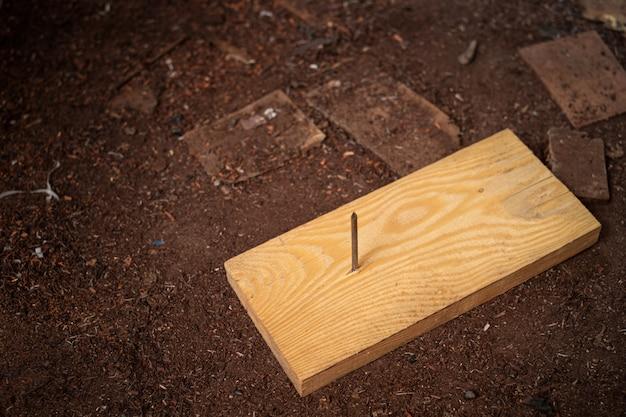 ボード上の木材にネイルスチール