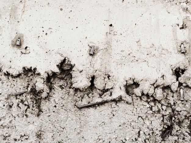 風化した壁に釘が刺さった