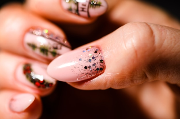 ネイルデザイン。明るいピンクと白のマニキュアの手