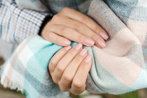 爪は矯正が必要です。ネイルケア。修正ジェルポリッシュの時間です。女性の手と生い茂ったジェルネイル、クローズアップ。ハンドケアのコンセプト。検疫中に女性の手。