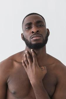 裸のアメリカ人の黒人の正面図