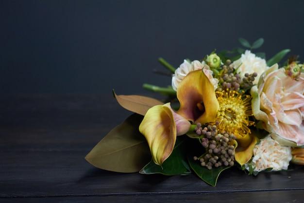 暗闇の中でビンテージスタイルの裸の花束