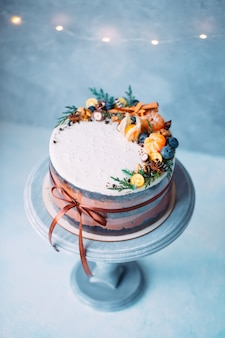 フルーツで飾られた裸のケーキ。