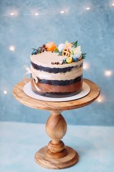 Голый торт, украшенный фруктами.