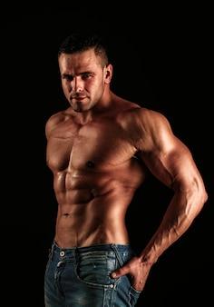 Голый парень в джинсовых джинсах обнаженный мужской торс сексуальный мускулистый мужчина топлес мускулистые фитнес модель сексуальная обнаженная ...