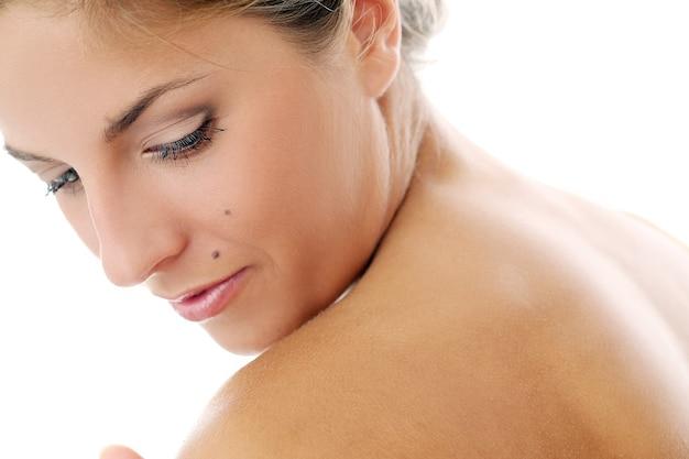 純粋で健康な肌の裸のモデル