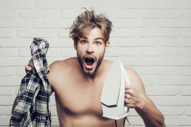 自宅のアイロンシャツで鉄人と裸の叫び声の男