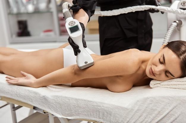 전문 장치와 내구 치료를 갖는 벌거 벗은 여자