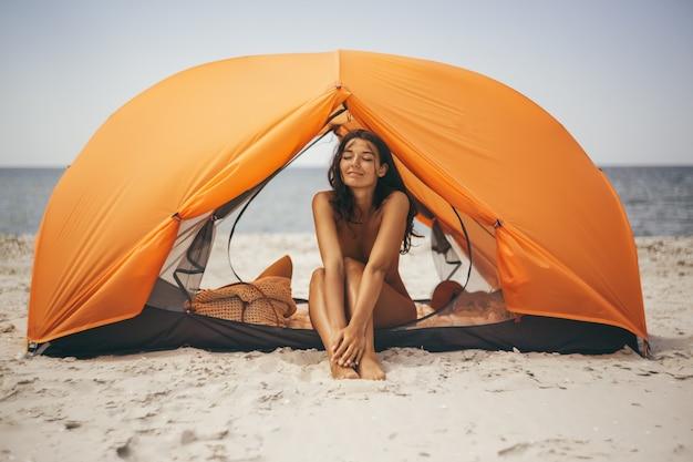テントのビーチで裸の女性