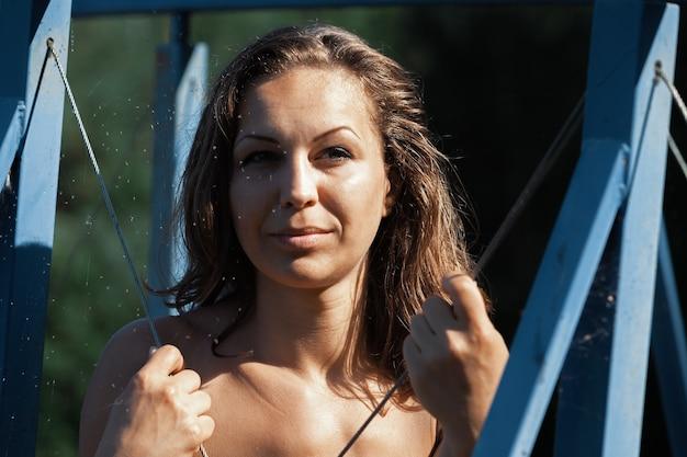 야외에서 자연을 즐기는 벌거 벗은 여자. 젊은 누드 여자 포즈