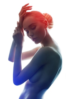 흰색 배경에 완벽 한 몸 가진 벌 거 벗은 여자를 격리합니다. 우아한 예술 누드 소녀 금발 에로틱 포즈, 깨끗하고 부드러운 피부