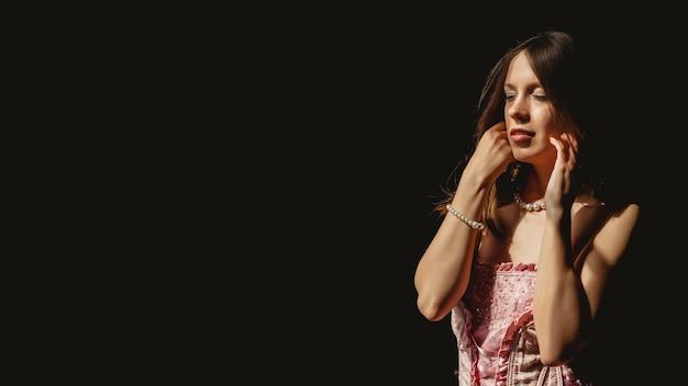 Обнаженная молодая сексуальная женщина в розовом корсете у огромного антикварного окна. милая красивая девушка позирует и показывает эмоции с нижним бельем. обнаженная дама в фотосессии в стиле ретро. зрелая обнаженная натура с обнаженным телом