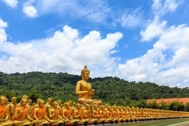大きな黄金の仏像。 nakornnayokタイ。