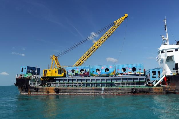 タイ、nakornsrithammaratの人工リーフ用海上貨物船ドロップコンテナー。