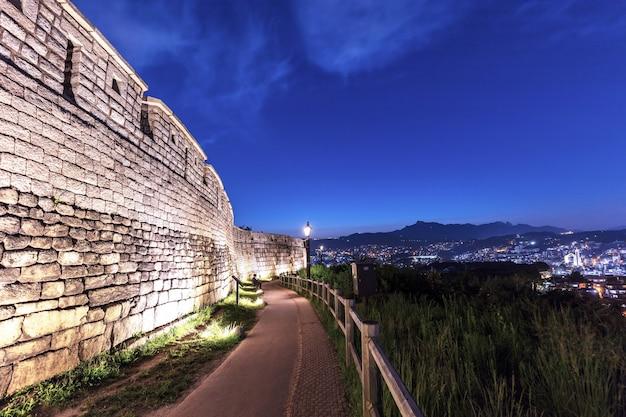 韓国ソウルの古代の壁と夜の駱山公園