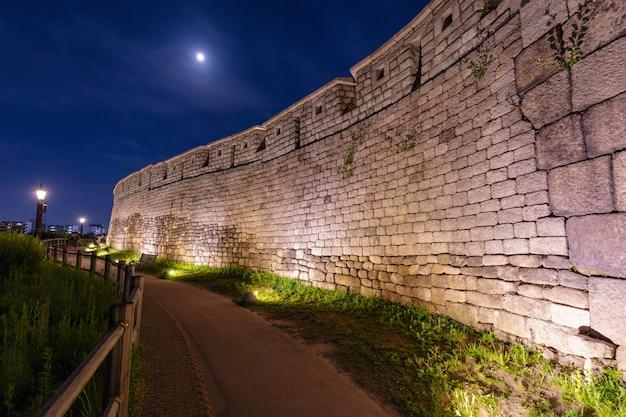 韓国のソウルにある古代の壁のある駱山公園