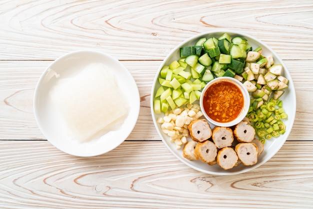 Вьетнамская фрикаделька из свинины с овощными обертками (nam-neaung или nham due), традиционная вьетнамская кулинарная культура