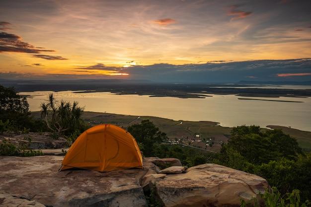 Красивый заход солнца в национальном парке nam-phong, провинции khon-kaen, таиланде.