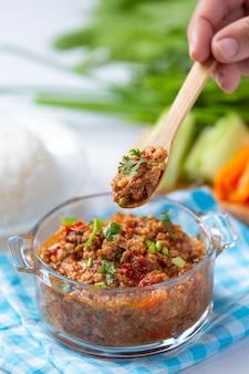 Нам прик онг, острая свинина с овощным салатом, тайская еда.