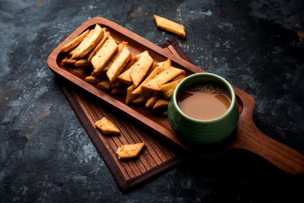 ナマクパレまたはソルティシャカルパラ、シャカルパレまたはナムキーンシャンカルパリ、インドのグジャラート州で人気のディワリ料理またはティータイムスナック