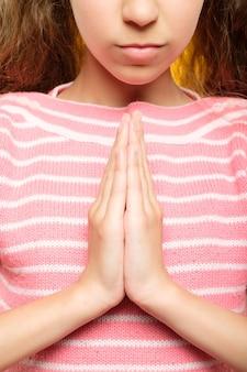 Намасте мудра. обрезанные выстрел из рук девушки в жест приветствия. практика йоги для детей концепции.