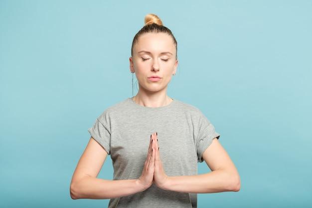 Намасте мудра. женщина, взявшись за руки в приветствии жест. практика йоги, медитация и концепция равновесия.