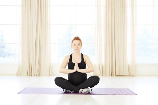 Концепция фитнеса йоги беременности, представление лотоса и namaste