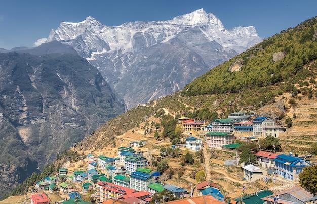 Вид на высокогорную деревню намче-базар. путь к эвересту. непал, гималаи